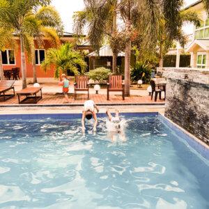 Joah-Inn zwembad Suriname Mamameteenblog.nl